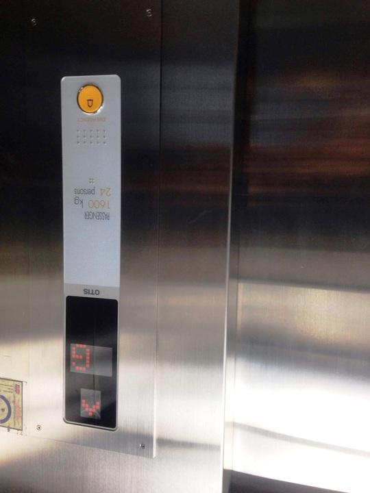 Thang máy 2 cửa nơi người giao hàng chết thảm