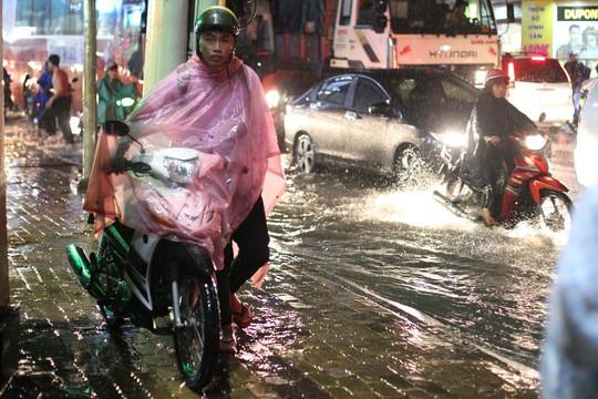 Nước ngập cao khiến nhiều xe chết máy