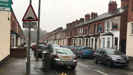 Michael McCann cùng vợ Paula và 2 đứa con nhỏ sau đó vội vã rời khỏi nhà tới ở với bạn bè vì lý do an toàn. Ảnh: BBC