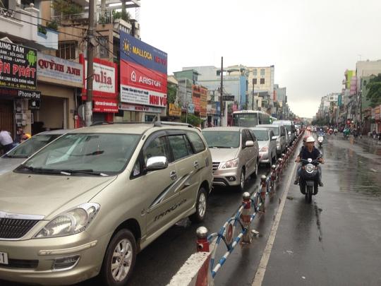 Dòng ô tô gần như không thể di chuyển, trong khi xe máy phải đi ngược chiều tại nút giao thông Bạch Đằng - Đinh Bộ Lĩnh