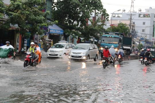 Cảnh nước ngập trên đường Huỳnh Tấn Phát (quận 7)