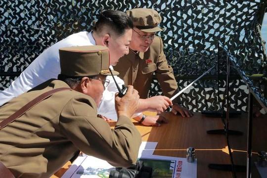 Lãnh đao Triều Tiên Kim Jong-un (giữa). Ảnh: KCNA