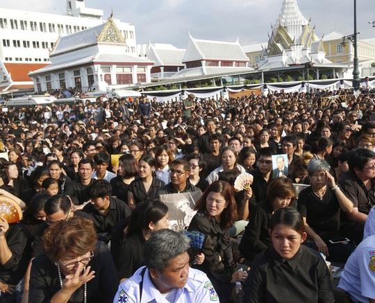 Hàng ngàn người dân chờ đợi đoàn xe của Vua Bhumibol. Ảnh: AP