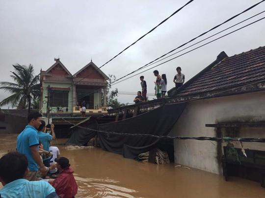 Nước lũ bắt đầu rút nhưng nhà dân Cồn Sẽ vẫn còn ngập (ảnh Minh Tuấn)