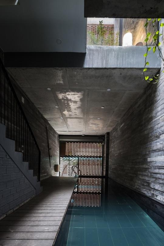 Tầng 1 của ngôi nhà là không gian buôn bán và bể bơi.