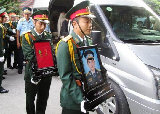 Di ảnh phi công Tùng đã được đưa về quê nhà từ nhà tang lễ ở TP Hồ Chí Minh