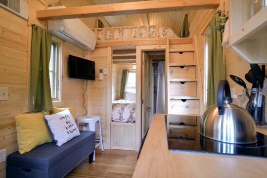Tuy nhỏ nhắn nhưng không gian bên trong lại rất sang trọng, tiện nghi. Ngay lối vào nhà là phòng khách, bếp. Tiếp đó là khu nhà tắm và một phòng ngủ nhỏ