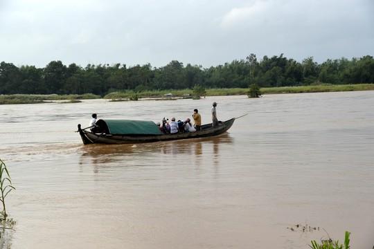 Lũ trên sông Trà Khúc (Quảng Ngãi) dâng cao khiến nhiều nơi bị cô lập. Ảnh: Tử Trực