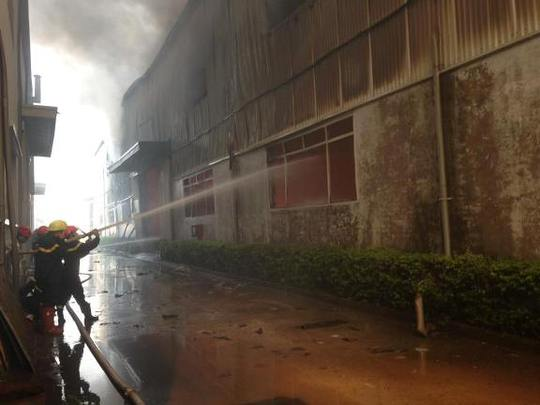 Lực lượng chữa cháy tiếp tục phun nước làm mát khu nhà kho