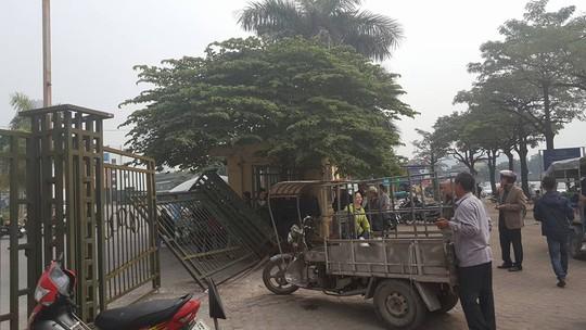 Nhiều cổ động viên quá khích xô đổ cổng trụ sở VFF vì không mua được vé