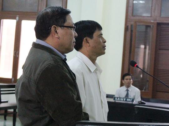 Ông Nguyễn Tài, nguyên Chủ tịch UBND huyện Đông Hòa (trái) tại phiên tòa phúc thẩm