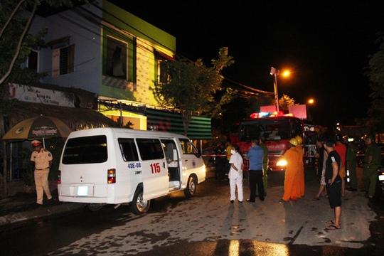 Xe cấp cứu đến hiện trường đưa thi thê nạn nhân ra ngoài (Ảnh: M. Vinh)