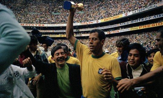 Alberto nâng cúp vô địch thế giới 1970