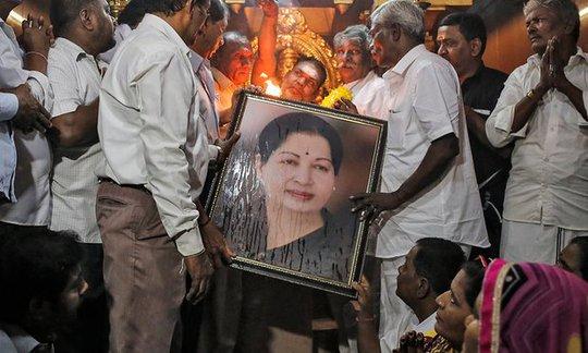 Người dân cầu nguyện cho bà Jayalalithaa Jayaram khi nghe tin bà lâm bệnh. Ảnh: Reuters