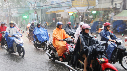 Đường Nguyễn Thị Thập (quận 7) cũng bị ngập nước