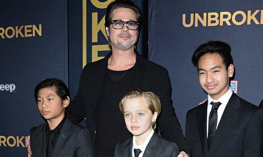 Brad Pitt thân thiết với các con