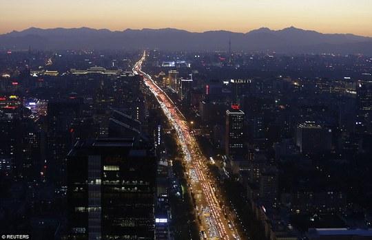 Hàng ngàn chiếc xe nối đuôi nhau vào giờ cao điểm ở thủ đô Bắc Kinh vào năm 2014. Ảnh: Reuters
