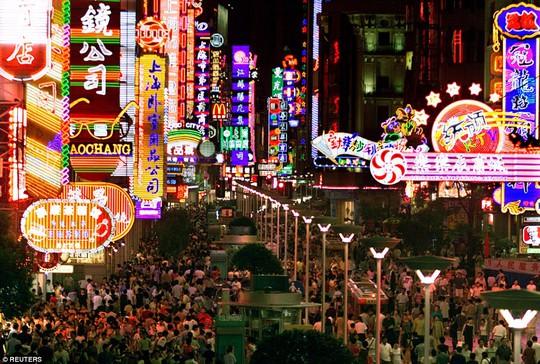 Những người mua sắm trên đường phố Thượng Hải vào năm 2001. Ảnh: Reuters