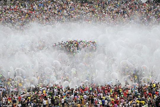 Du khách tham gia lễ hội té nước vào năm 2013 ở tỉnh Vân Nam. Ảnh: Reuters