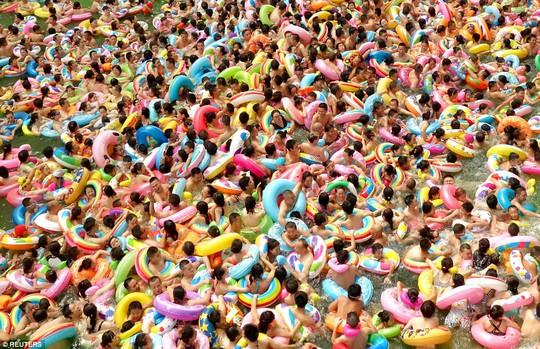 Hồ bơi ở tỉnh Tứ Xuyên chật cứng người. Ảnh: Reuters