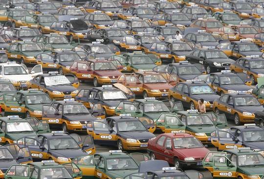 Xe taxi xếp hàng chờ khách bên ngoài sân bay thủ đô Bắc Kinh. Ảnh: Daily Mail