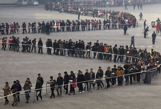 Sinh viên xếp hàng tham gia hội thảo tìm việc làm ở tỉnh Hà Nam. Ảnh: Daily Mail
