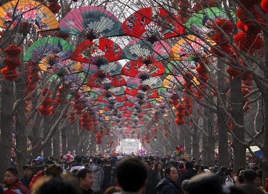 Người dân tham gia lễ hội ở Bắc Kinh. Ảnh: Daily Mail