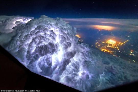 Bức ảnh ghi lại khoảnh một đám mây được sấm sét thắp sáng giữa Bắc Kinh và Thượng Hải.