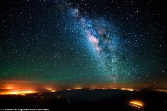 Dải Ngân Hà được quan sát từ buồng lái trong chuyến bay trên sa mạc Sinai, Ai Cập.