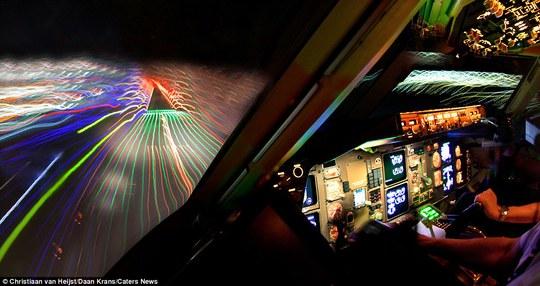 Van Heijst chụp ảnh từ buống lấy khi đồng nghiệp đang lái máy bay, và khi giông bão không quá nghiêm trọng làm ảnh hưởng đến chuyến bay.