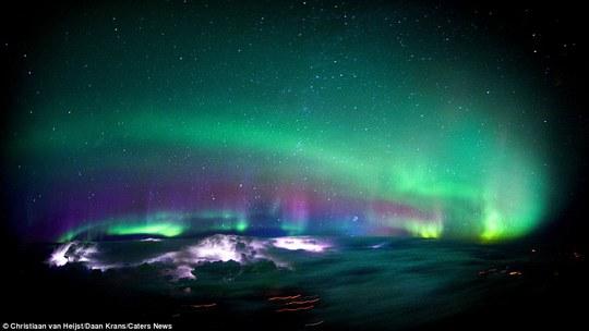 """Van Heijst nhận xét về bức ảnh tuyệt đẹp này: """"Cảnh Cực Quang mê hồn trên bầu trời Canada cùng với một vài cơn giông bạo thắp sáng bầu trời phía dưới. Một trong những điều ấn tượng nhất mà tôi từng được chứng kiến"""""""