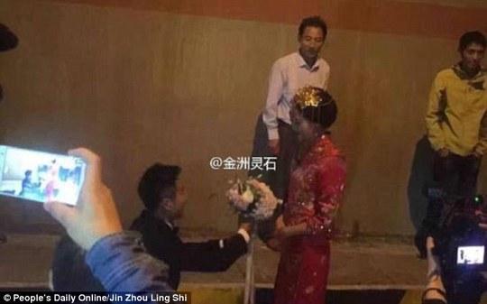Cặp đôi quyết định tổ chức hôn lễ trong đường hầm vì không muốn bỏ lỡ giờ lành