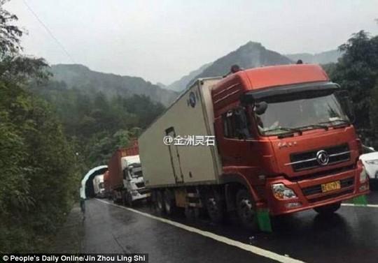 Một tai nạn xảy ra khiến giao thông ùn tắc