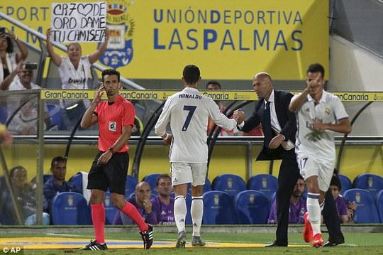 Ronaldo không nhìn mặt Zidane khi bị thay ra