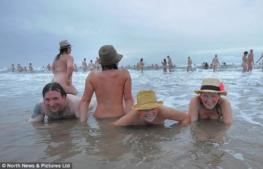 Hàng trăm người tắm biển khỏa thân để làm từ thiện
