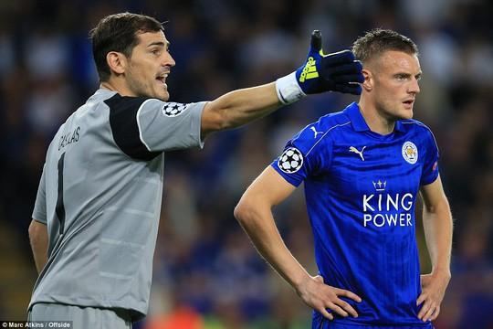 Thủ môn Casillas vất vả khi đối đầu với Vardy