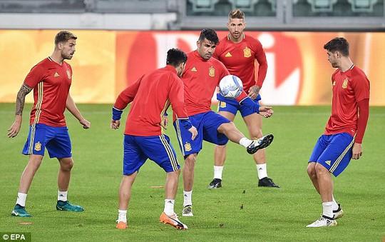 Costa trong vòng vây các đồng đội