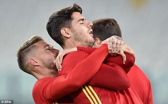Morata và Ramos làm nóng trước buổi tập