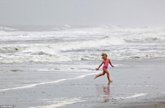 Một em bé chơi đùa trên bãi biển ở bang South Carolina ngày 7-10 bất chấp cảnh báo bão. Ảnh: REUTERS