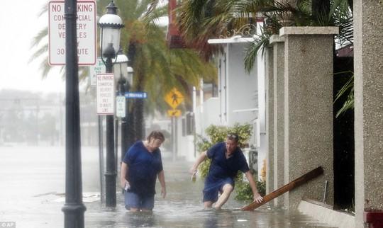 Người dân tại TP St. Augustine, bang Florida, một trong những nơi bị ảnh hưởng mạnh nhất. Ảnh: AP