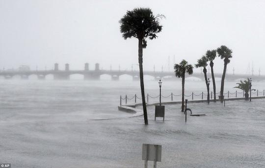 Sóng biển tràn vào bờ tại TP St. Augustine. Ảnh: AP