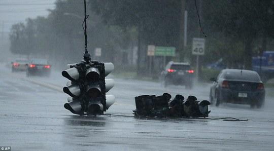Đường phố tan hoang tại TP Jacksonville, bang Florida. Ảnh: REUTERS, AP