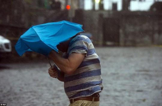 Một người đàn ông vất vả trong cơn bão ở TP Savannah, bang Georgia. Ảnh: AP