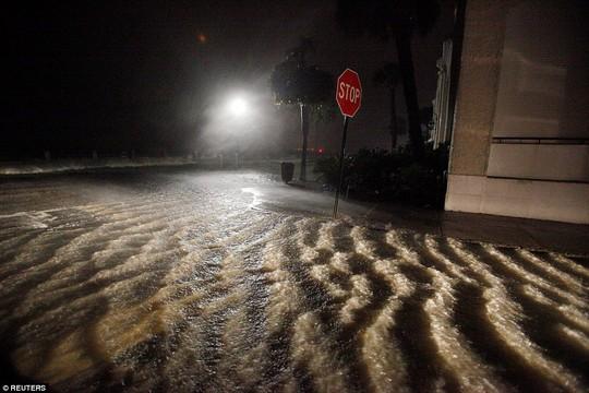 Sóng lớn tại TP Charleston, bang South Carolina tối 7-10. Ảnh: REUTERS
