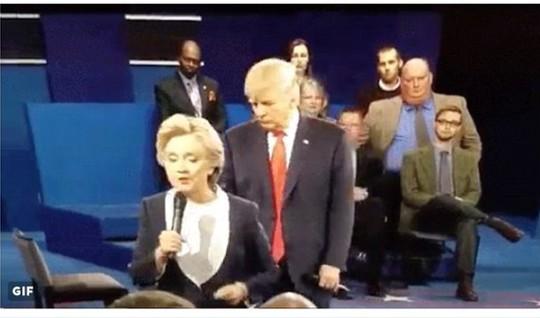 Ông Trump liên tục vòng ra sau lưng bà Clinton trong buổi tranh luận. Ảnh: Twitter