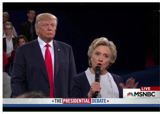 Rất nhiều khán giả truyền hình đều để ý việc ông Trump cứ đứng gần sau lưng bà Clinton. Ảnh: Twitter.