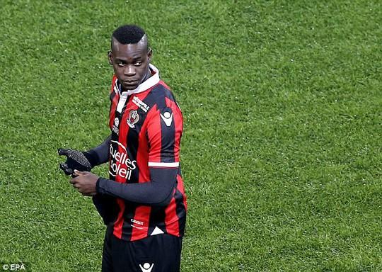 Balotelli lần đầu đá hỏng phạt đền ở Ligue 1