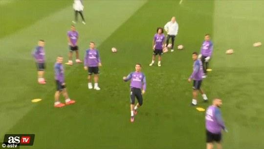 Ronaldo tức giận đá mạnh quả bóng về phía phóng viên