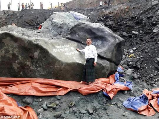 Tảng ngọc bích khổng lồ vừa được tìm thấy ở Myanmar. Ảnh: SWNS.com