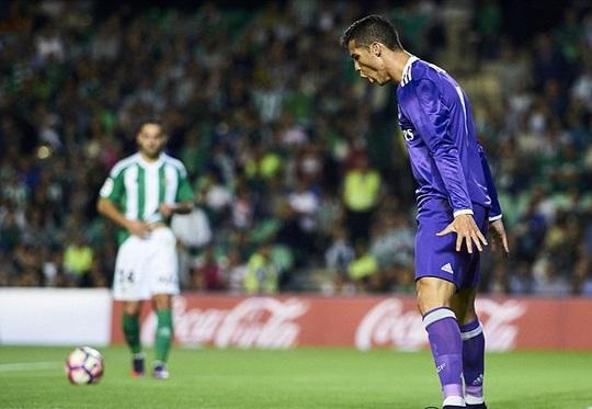 Ronaldo với kiểu ăn mừng quen thuộc sau khi ghi bàn vào lưới Betis